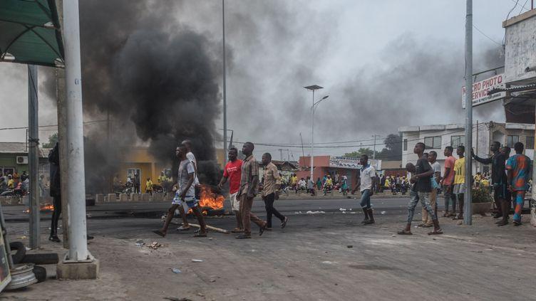 Après lesélections du 28 avril 2019, des Béninois manifestent dans le quartier de l'ancien présidentThomas Yayi Boni à Cotonou, le 2 mai 2019. (YANICK FOLLY / AFP)