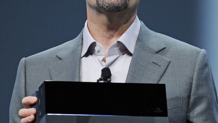 Le président de Sony Computer Entertainment, Andrew House, présente la PlayStation 4, à Los Angeles, en Californie (Etats-Unis), le 10 juin 2013. (ROBYN BECK / AFP)