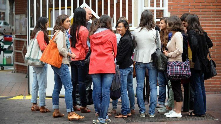 Des élèves patientent devant le lycée Ozenne à Toulouse (Haute-Garonne), pour la rentrée scolaire, le 4 septembre 2012. (REMY GABALDA / AFP)