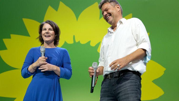 Annalena Baerbock, candidate à la chancellerie et présidente fédérale de Bündnis 90/Die Grünen, et Robert Habeck, président fédéral, sur la scène du parti électoral de Bündnis 90/Die Grünen. Le 26 septembre 2021. (KAY NIETFELD / DPA)