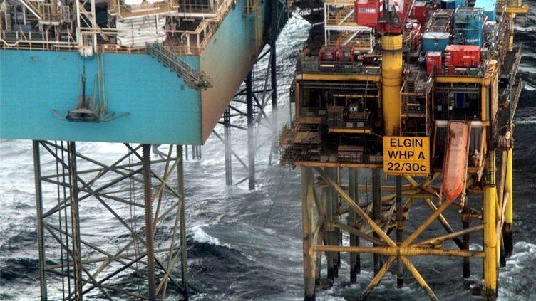 Photo diffusée le 30 mars 2012 et montrant une fuite de gaz s'échappant de la plateforme pétrolière Total Eglin en mer du Nord. (TOTAL E&P UK / AFP)