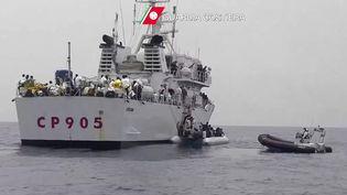 Des migrants sont secourus par des garde-côtes italiens, le 27 mai 2016, au large de la Sicile. (GUARDIA COSTIERA / AFP)
