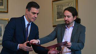 Le Premier ministre socialiste Pedro Sanchez (à gauche) et le chef du parti Podemos Pablo Iglesias, le 12 novembre 2019 à Madrid. (GABRIEL BOUYS / AFP)