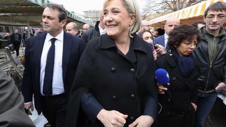 Marine Le Pen, présidente du Front national et candidate à l'élection présidentielle, visite un marché à Nice (Alpes-Maritimes), le 13 février 2017. (VALERY HACHE / AFP)