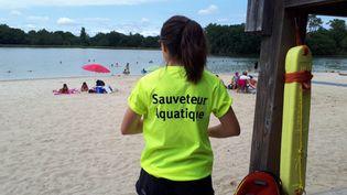 Une sauveteuse au lac de Gurson, en Dordogne. (LAURENCE MÉRIDE / FRANCE-BLEU PÉRIGORD)