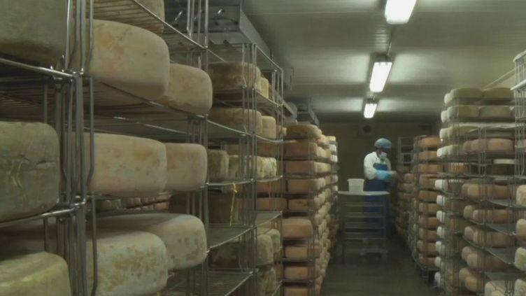 Avec la fermeture des marchés et de certains points de vente, les fromagers doivent faire face à la baisse de la demande. (France 3)