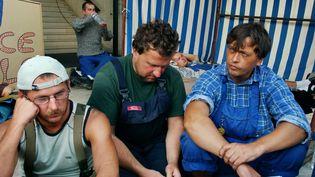 En août 2005, trois ouvriers polonais étaient en grève de la faim à Saint-Nazaire, pour obtenir le paiement de leurs salaires par leur employeur polonais, sous-traitant des Chantiers de l'Atlantique (FRANK PERRY / AFP)