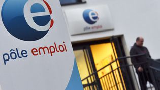 Un homme sort d'un bureau Pôle emploi à Nantes (Loire-Atlantique), le 15 janvier 2018. (LOIC VENANCE / AFP)