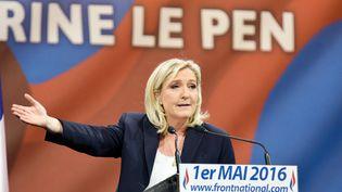 La patronne du Front national, Marine Le Pen, prononce un discours, le 1er mai 2016 à Paris. (SERGE TENANI / CITIZENSIDE / AFP)