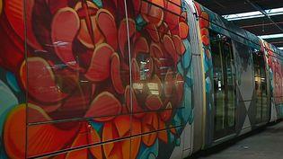 Une rame du tramway de Grenoble, peinte pour le festival  (France 3/ Culturebox)