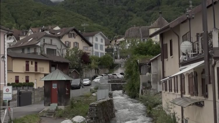 La frontière franco-suisse traverse le village de St Gindolph dont la partie française se situe enHaute-Savoie. (MARC GARVENES / RADIOFRANCE)