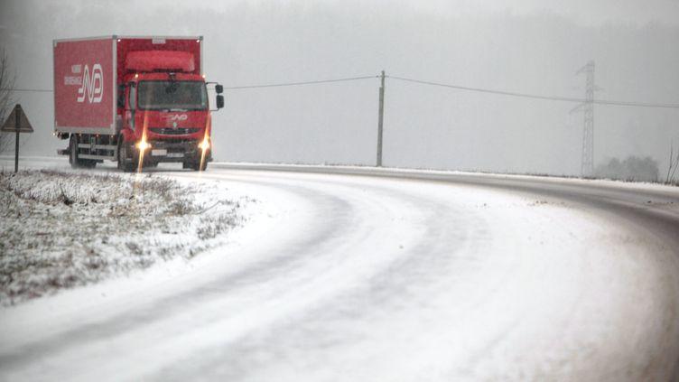 Des chutes de neige ont rendu la chaussée glissante près de Montbéliard, dans le Doubs, mardi 15 janvier 2013. (MAXPPP)