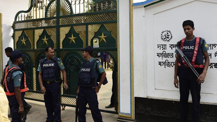 Le portail de la mosquée chiite visée par une attaque terroriste, le 27 novembre 2015 à Dacca (Bangladesh). (MUNIR UZ ZAMAN / AFP)