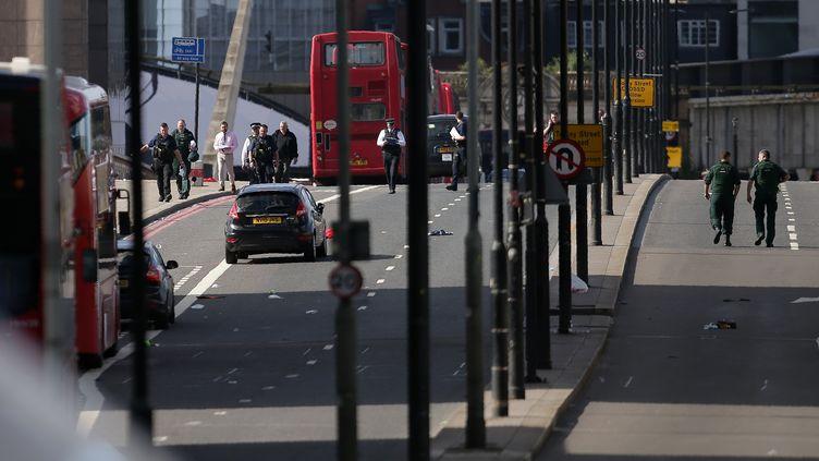 Des policiers britanniques sur le London Bridge, le 4 juin 2017, au lendemain d'un attentat à la camionnette bélier à Londres (Royaume-Uni). (DANIEL LEAL-OLIVAS / AFP)
