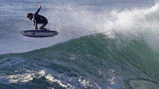 Le surfeur néo-zélandais Dave Rastovich dans la baie Botany, à Sydney (Australie), le 31 août 2014. (JASON REED / REUTERS)