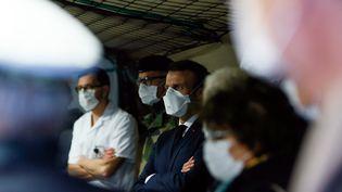 Le président Emmanuel Macron à l'hôpital militaire de campagne de Mulhouse (Haut-Rhin), le 25 mars 2020. (MATHIEU CUGNOT / AFP)