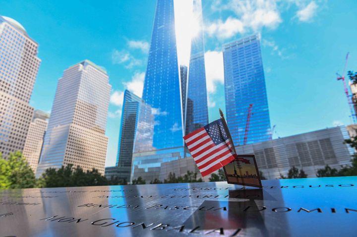 10 septembre 2021, New York. Le drapeau américainornele tablier des bassins duMemorial du 11 septembre où sont inscrits les noms des personnesqui sont mortes lors de l'attaque terroriste du 11 septembre 2001. (ROBERTO SCHMIDT / AFP)