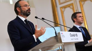 Le Premier ministre, Edouard Philippe, et le ministre de la Santé, Olivier Véran, le 7 mai 2020 à Matignon. (CHRISTOPHE ARCHAMBAULT / AFP)