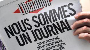 """La une de """"Libération"""" du 8 février 2014 proclamait """"Nous sommes un journal"""" pour dénoncer le plan des actionnaires visant à faire du quotidien un """"réseau social"""". (PIERRE ANDRIEU / AFP)"""