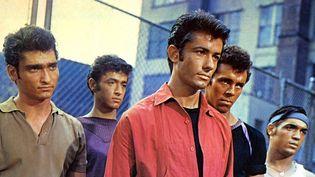 """George Chakiris (en rouge) dans """"West Side Story"""" (1961)"""
