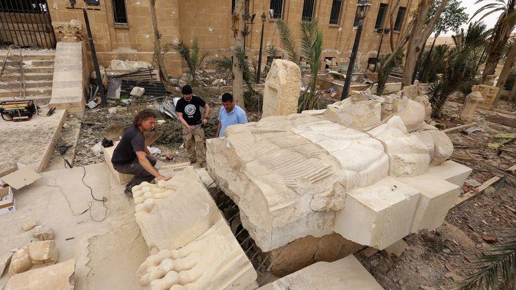 Les terroristes du groupe Etat islamique ont déjà détruit plusieurs vestiges, comme ici le lion de Palmyre, en avril 2016. (LOUAI BESHARA / AFP)