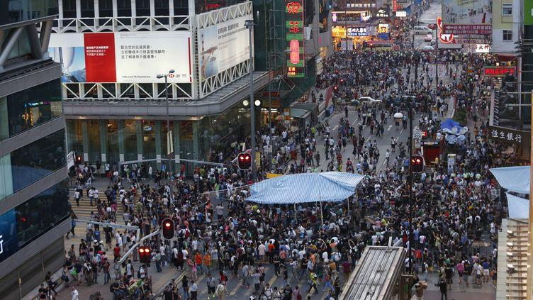 Des manifestants pro-démocratie bloquent l'une des principales artères du quartier deMongkok à hong Kong, le 4 octobre 2014. ( BOBBY YIP / REUTERS)