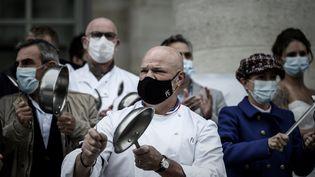 """Le chef Philippe Etchebest et les employés de son restaurant """"Le quatrième mur"""", à Bordeaux, manifestant contre les mesures antiCovid-19 le 2 octobre 2020 (photo d'illustration). (PHILIPPE LOPEZ / AFP)"""