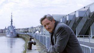 """Victor Lanoux, en tournage pour """"Louis la Brocante"""", à Bordeaux (Gironde) le 26 septembre 2003. (MAXPPP)"""