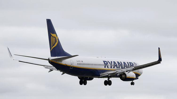 Un avion de la compagnie irlandaise Ryanair à son atterrisage à l'aéroport de Manchester (Royaume-Uni), le 26 mai 2015. (ANDREW YATES / REUTERS)