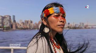 """""""Les gens ici ne savent pas que le pétrole vient d'Amazonie"""" : une Indienne waorani manifeste à New York (ENVOYÉ SPÉCIAL  / FRANCE 2)"""