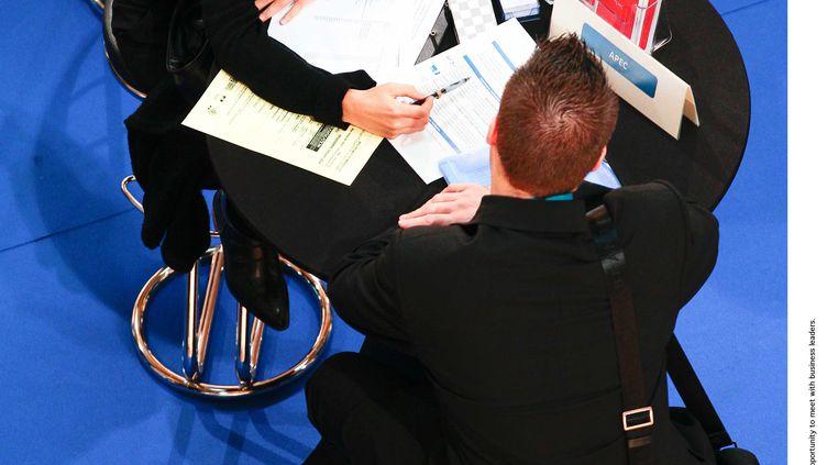 """Un """"job dating"""", quipermet aux recruteurs de rencontrer un maximum de candidats en un minimum de temps, à Marseille (Bouches-du-Rhône), le 23 octobre 2012. (MAGNIEN / 20 MINUTES / SIPA)"""