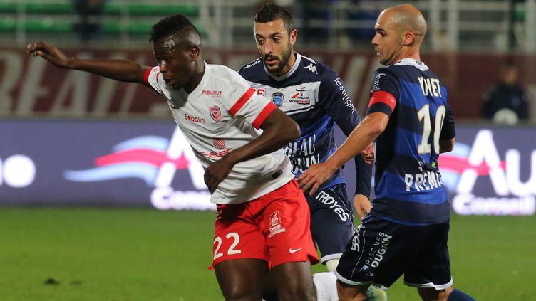 Karim Coulibaly n'a pas réussi à fausser compagnie à Nivet et Martins-Pereira. (JEROME BRULEY / MAXPPP)