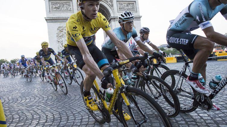Christopher Froome, vainqueur de l'édition 2013 du Tour de France, sur les Champs-Elysées (Paris), le 21 juillet 2013. (FRED DUFOUR / AFP)