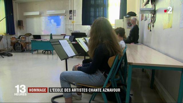 Paris : l'école des artistes rend hommage à Charles Aznavour