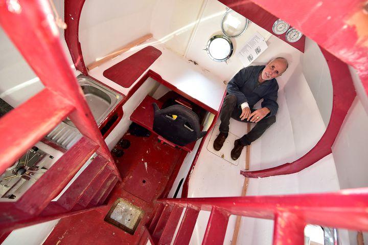 Jean-Jacques Savin, dans son tonneau, le 15 novembre 2018, dans le port d'Arès. (GEORGES GOBET / AFP)