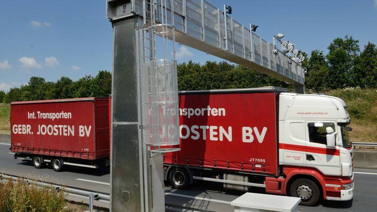 Un camion passe sous un portique écotaxe, le 24 juin 2014 à Villers-Bocage (Calvados). (MAXPPP)