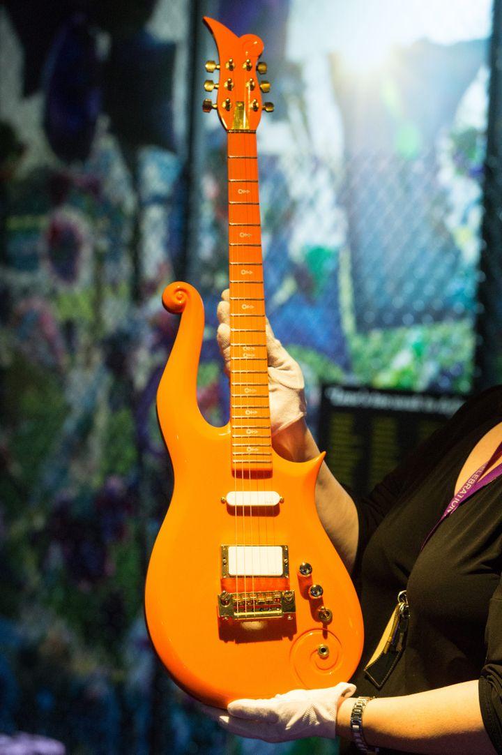 Une Clourd guitar, utilisée par Prince. (RAY TANG/LNP / MAXPPP)