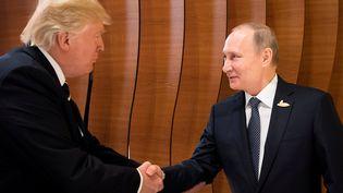 Première poignée de main entre Donald Trump et Vladimir Poutine, à Hambourg (Allemagne), le 7 juillet 2017. (BPA AGENCY / REUTERS)