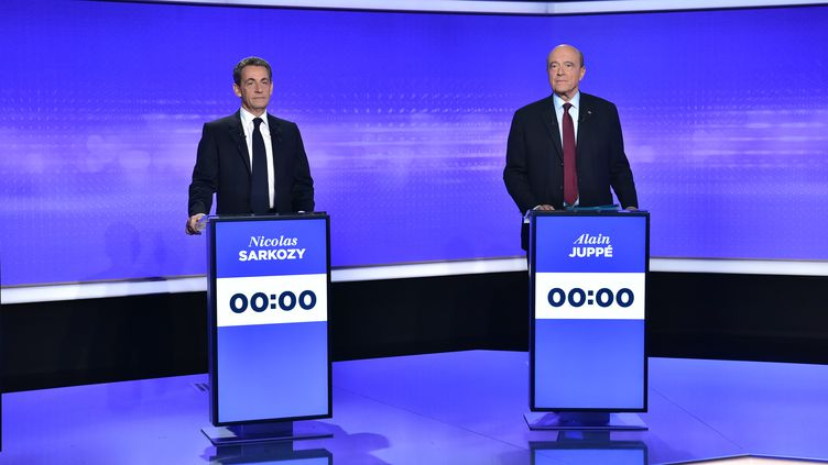 Nicolas Sarkozy et Alain Juppé lors du troisième débat pour la primaire de la droite et du centre le 17 novembre. (CHRISTOPHE ARCHAMBAULT / POOL)