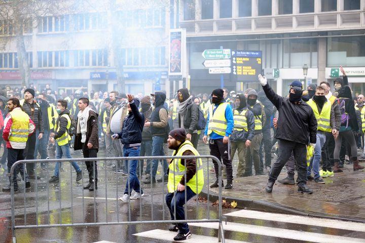 """Des """"gilets jaunes"""" belges manifestent contre l'augmentation du prix des carburants, le 30 novembre 2018, à Bruxelles (Belgique). (ERIC LALMAND / BELGA MAG)"""