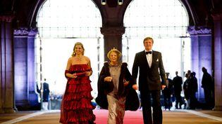 La reine Beatrix des Pays-Bas (C) avec son fils, le prince Willem-Alexander,accompagné de son épouse, la princesse Maxima, au dîner du Musée national à Amsterdam (Pays-Bas),le 29 avril 2013. (ROBIN UTRECHT / AFP)