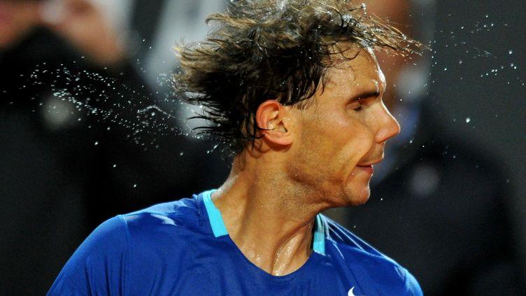 Rafael Nadal fête sa victoire en demi-finale du tournoi de Rome, contre le Bulgare Grigor Dimitrov, le 17 mai 2014. (TIZIANA FABI / AFP)