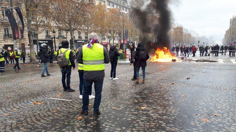 Les gilets jaunes brûlent des pneus sur les Champs Elysées, à Paris, le 24 novembre 2018 (illustration). (BENJAMIN ILLY / FRANCE-INFO)