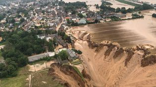 Au lendemain des inondations, un glissement de terrain est survenu à Erftstadt, enRhénanie-du-Nord-Westphalie (Allemagne), le 15 juillet 2021.L'effet a été tel que des maisons ont été emportées et plusieurs personnes sont portées disparues depuis. (RHEIN-ERFT-KREIS / RHEIN-ERFT-KREIS / AFP)