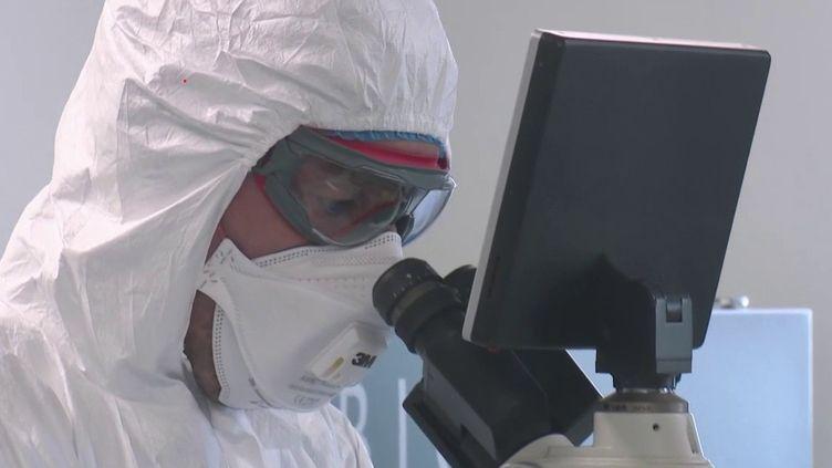 Depuis l'apparition du Covid-19, la communauté scientifique travaille en urgence pour tenter de trouver un traitement puis un vaccin. Jeudi 5 mars, Emmanuel Macron a reçu les plus grands spécialistes français. (France 3)