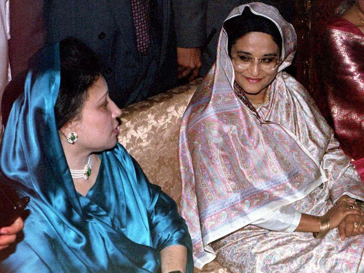 L'actuelle Première ministre Sheikh Hasina, à droite, et la chef de l'opposition Khaleda Zia assises côte à côte lors de la cérémonie de mariage du second fils de Zia, Arafat Rahman. Ce 28 mars 1997, les deux rivales politiques n'avaient pas été vues si proches depuis 1994. Hasina avait alors tenté d'arracher le pouvoir à son adversaire Zia qui occupait la primature.