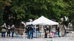 Des enquêteurs de la police, le 6 juin 2017, sur le parvis de la cathédrale Notre-Dame à Paris, après une agression contre un policier. (SIMON GUILLEMIN / HANS LUCAS)