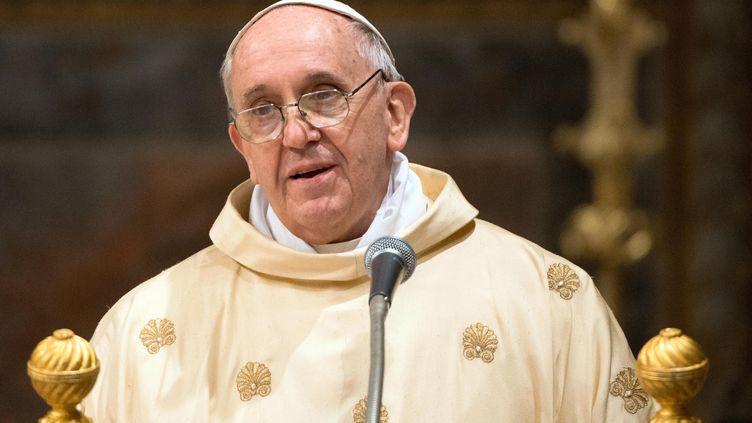 Le pape François célèbre sa première messe à la chapelle Sixtine, le 14 mars 2013, au Vatican. (OSSERVATORE ROMANO / AFP)