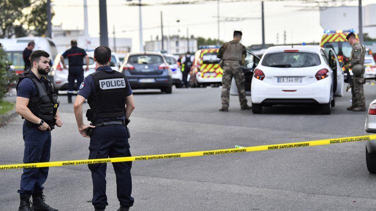 Des policiers et des militaires sur les lieux de l'attaque, le 31 août 2019 à Villeurbanne (Rhône). (PHILIPPE DESMAZES / AFP)