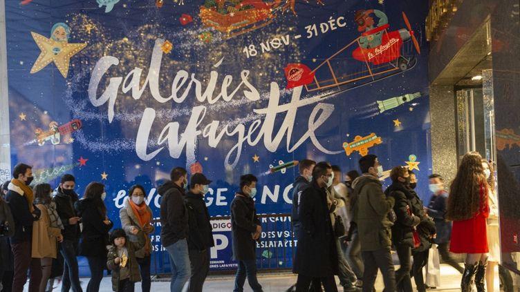 Boulevard Haussmann, à Paris, pendant les achats de Noël, le 19 décembre 2020. (JOAO LUIZ BULCAO / HANS LUCAS / AFP)